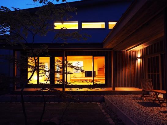 夜も素敵な中庭の暮らし