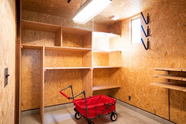大きな外部収納は外からも中からも出入り可能。たっぷり使えるアウトドアリビング