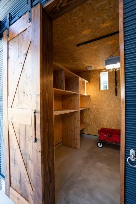 正面のガキ部収納ドアはアイアンレールオリジナルドアでおしゃれ
