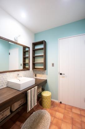洗面室はトイレにも脱衣場にもつながっていて広々